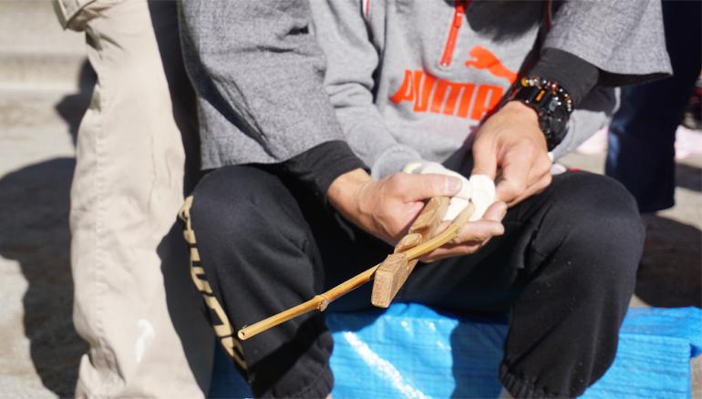 竹の曲げを直しています
