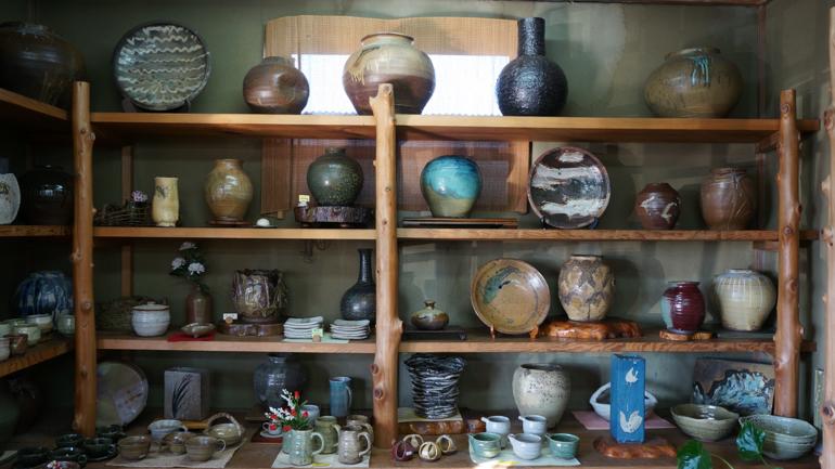 製品は皿、椀、カップ、壺、酒器、花器など。素朴な味わいのある陶器である。
