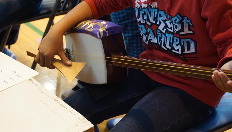 三味線の演奏に学生もチャレンジ!