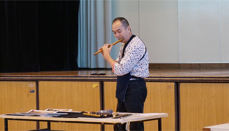 篠笛を演奏する田中さん