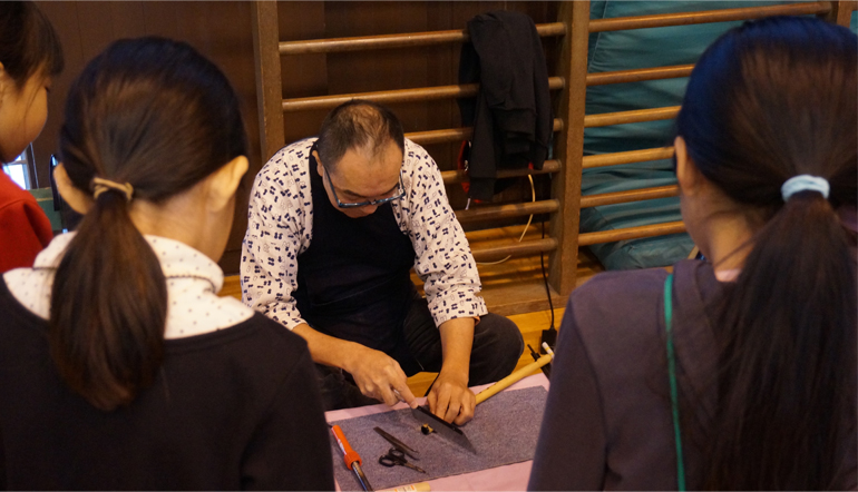 篠笛製作を一から説明し、実演する田中さん