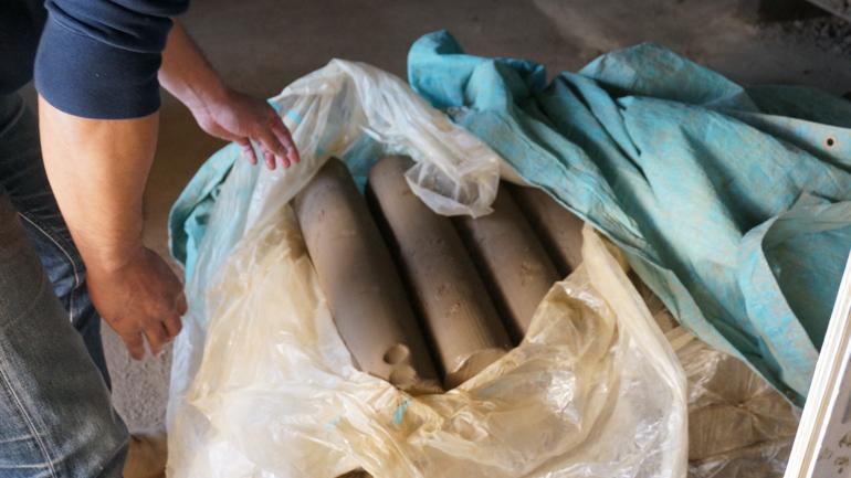 出来上がった粘土は筒状になっている。粘土の精製だけで1ヶ月を要することもある。