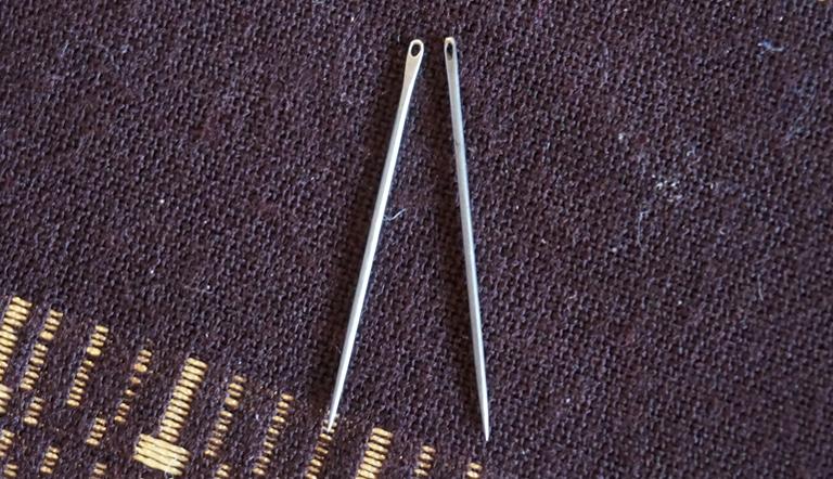 絽刺し専用の針(左)は糸が通しやすいように穴が大きくなっています